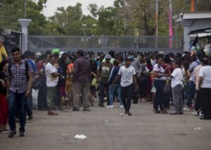 Cientos de familiares de presos esperan fuera de la c·rcel conocida como ìLa Modeloî este miÈrcoles, en la ciudad de Tipitapa (Nicaragua). EFE/Jorge Torres