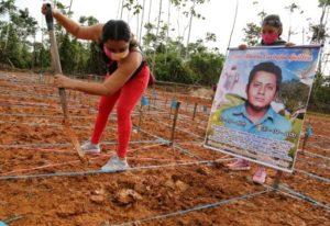 Una mujer cava en la tumba de un familiar víctima del coronavirus durante una protesta para pedir un entierro digno en el lugar en que fueron sepultados unos 1.200 fallecidos, el 27 de junio de 2020 cerca de la ciudad de Iquitos, en Perú