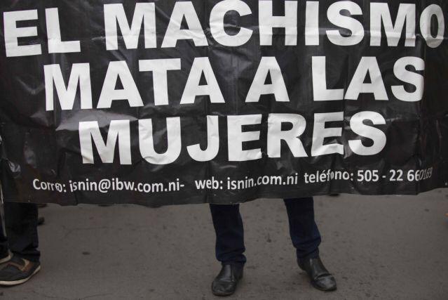 NI3012. MANAGUA (NICARAGUA), 19/10/2016.- Cientos de mujeres se sumaron la iniciativa global contra la violencia machista hoy, miÈrcoles, 19 de octubre de 2016, durante un plantÛn que realizaron por el respeto a sus derechos y el fin de los feminicidios en Managua (Nicaragua) . EFE/Jorge Torres.