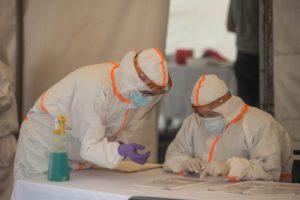 AME7339. CIUDAD DE GUATEMALA (GUATEMALA), 10/08/2020.- Fotografía de miembros del personal de Salud preparándose para realizar la prueba del coronavirus, este lunes, en Ciudad de Guatemala (Guatemala). Los trabajadores realizaron el test a 1.800 personas del Congreso de Guatemala. EFE/ Esteban Biba