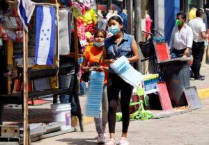 AME00. TEGUCIGALPA (HONDURAS), 24/09/2020.- Los capitalinos abarrotan las calles de el centro de la capital, este jueves, en Tegucigalpa (Honduras). La salida esta semana de más gente a las calles está favoreciendo un poco a micros, pequeños, medianos y grandes empresarios de Honduras, pero la situación económica está lejos recuperarse, o al menos alcanzar a los niveles en que estaba antes de la pandemia de COVID-19 enTegucigalpa. EFE/Humberto Espinoza