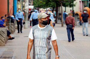 AME6721. TEGUCIGALPA (HONDURAS), 22/09/2020.- Personas caminan hoy en el casco histórico de Tegucigalpa (Honduras). Honduras se enfrenta a la urgencia de avanzar a la segunda fase de la reapertura económica para evitar más efecto sobre su débil economía, pero con la curva de contagios de la pandemia de COVID-19 aún en ascenso. EFE/Humberto Espinoza