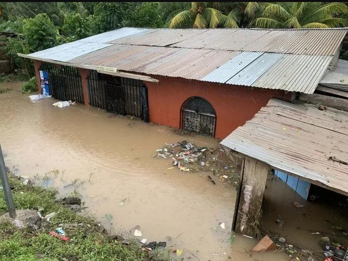 En la comunidad La Bomba en Siuna, municipio de la Región Autónoma de la Costa Caribe Norte de #Nicaragua, las casas han quedado destruidas por las fuertes ráfagas de vientos ocasionadas por Iota